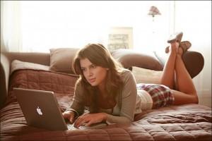 Фото: Девушка с ноутбуком